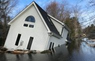 CENTRAL ONTARIO: Flooding sinks house at Bracebridge